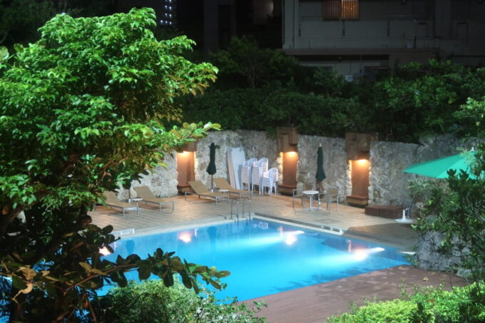 那覇「沖縄ハーバービューホテル」夜のガーデンプール