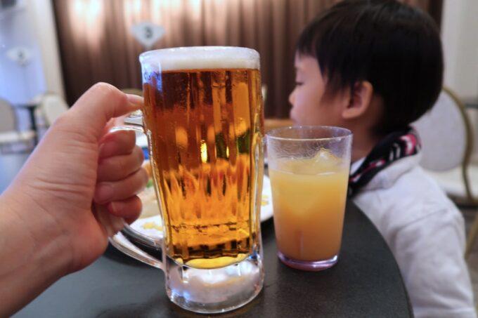 那覇市泉崎「沖縄ハーバービューホテル」ビアガーデンでのまずは1杯目、オリオン75ビールをいただく