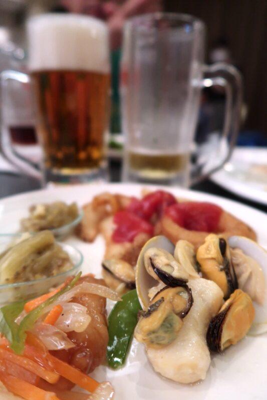 那覇市泉崎「沖縄ハーバービューホテル」ビアガーデンのビールと魚介、そしてナスの煮浸しなど