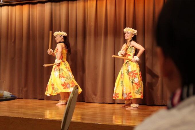 那覇市泉崎「沖縄ハーバービューホテル」ビアガーデンのステージでハワイアンダンスが始まった