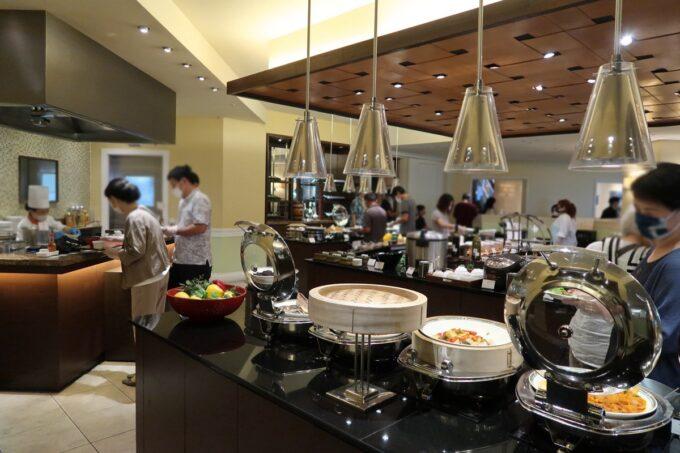 那覇市泉崎「沖縄ハーバービューホテル」ガーデンレストラン プランタンの朝食会樹の様子