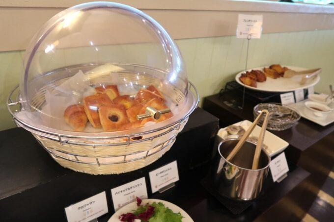 那覇市泉崎「沖縄ハーバービューホテル」ガーデンレストラン プランタンの朝食会場のパン