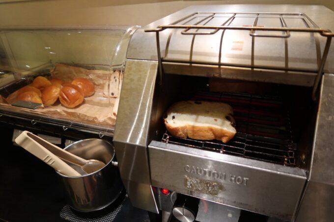 那覇市泉崎「沖縄ハーバービューホテル」ガーデンレストラン プランタンの朝食会場でパンを焼く
