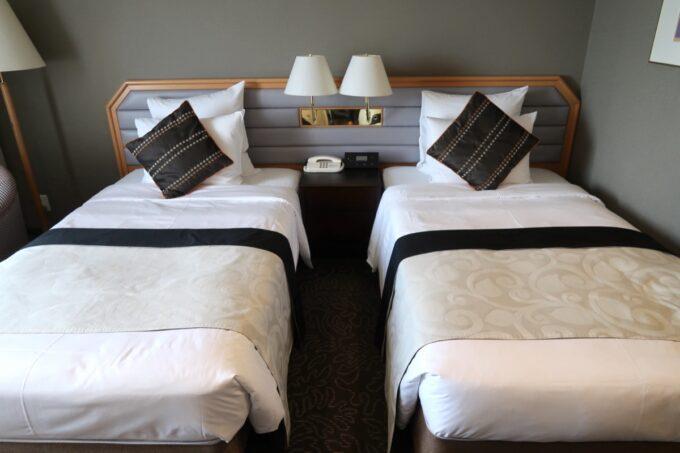 那覇「沖縄ハーバービューホテル」スタンダードツインのベッドは幅110cmのワイドシングル