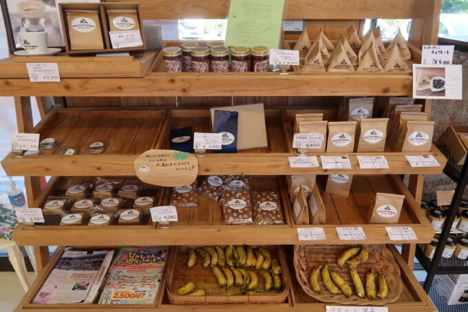 沖縄県東村「又吉コーヒー園」で売られるお土産品など