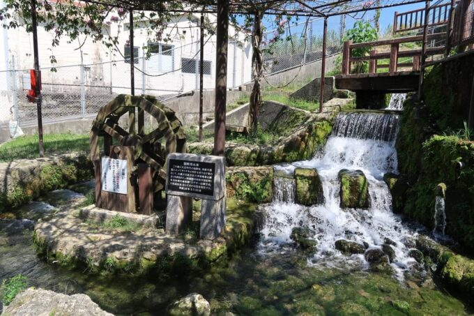 糸満「与座川(ヨザガー)」水量豊富で滝のような遊び場