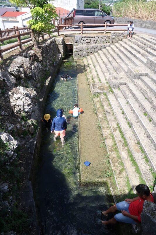 糸満「与座川(ヨザガー)」階段を降りると水遊びできる水路がある