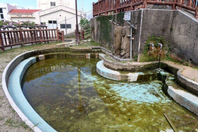 糸満「与座川(ヨザガー)」浅いプールもあるが、この時は水が張られず利用できなかった