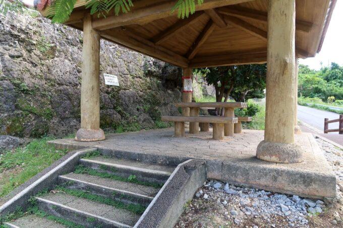 糸満「与座川(ヨザガー)」の休憩所(テーブルとイス)
