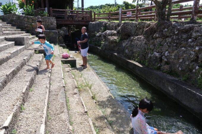 糸満「与座川(ヨザガー)」水路のようで流れのある水遊び場