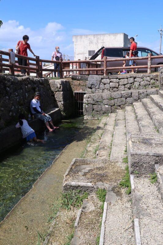 糸満「与座川(ヨザガー)」水路部分はキンキンに水が冷えてとても冷たく夏場に気持ち良い
