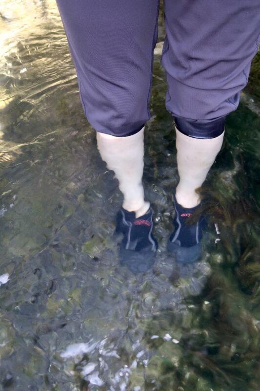 糸満「与座川(ヨザガー)」の水路部分は膝下の深さ