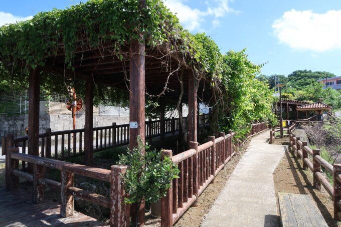 糸満「与座川(ヨザガー)」立入禁止区域の周囲は散策コースになっている