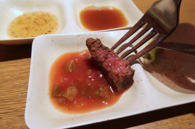 浦添パルコシティ「BEEF RUSH29(ビーフラッシュ29)」サルサソースにお肉をつけてみる