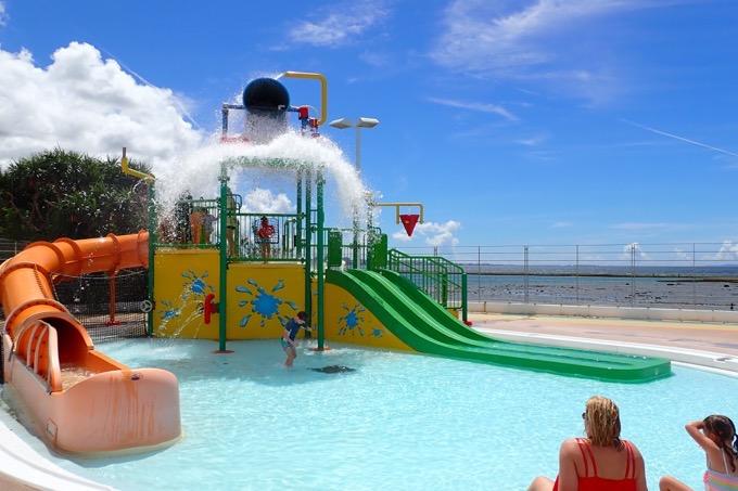「北谷公園水泳プール」巨大バケツがひっくり返る前