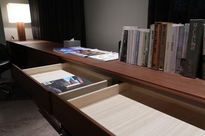 那覇市泊「ホテルプチスイート崇元寺石門」4階LIBRARYのカウンターの引き出し