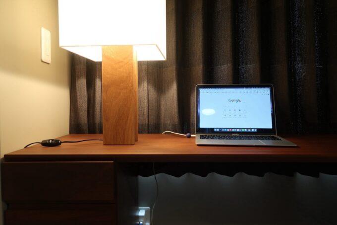 那覇市泊「ホテルプチスイート崇元寺石門」4階LIBRARYのカウンターでPC作業を行う
