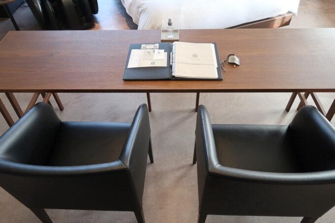 那覇市泊「ホテルプチスイート崇元寺石門」4階LIBRARYのデスク