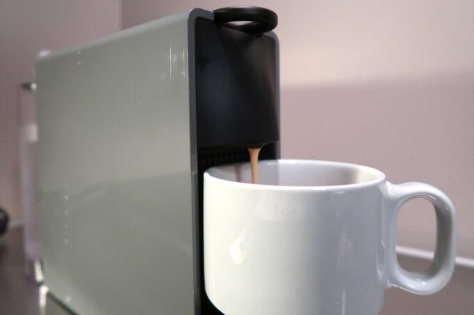 那覇市泊「ホテルプチスイート崇元寺石門」4階LIBRARYのネスプレッソで朝のコーヒー