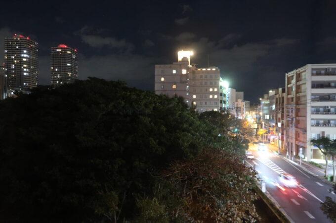 那覇市泊「ホテルプチスイート崇元寺石門」4階LIBRARYの部屋から眺める通りの風景