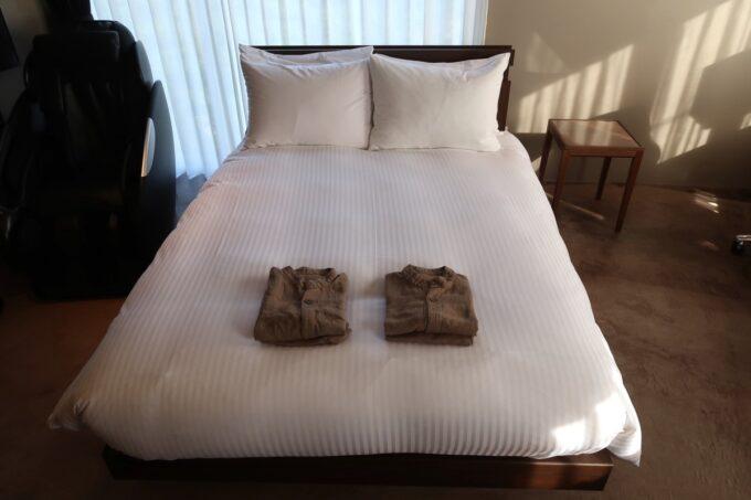 那覇市泊「ホテルプチスイート崇元寺石門」4階LIBRARYのベッドは幅140cmのダブルサイズ