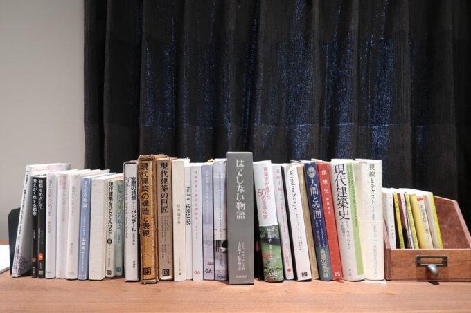 那覇市泊「ホテルプチスイート崇元寺石門」4階LIBRARYのカウンターに並ぶ書籍類