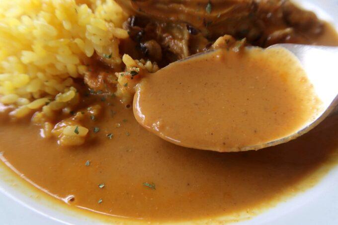 宜野湾「隠れ家レストラン KOBA」ランチのカキカレーはサラサラとしたルウだった。
