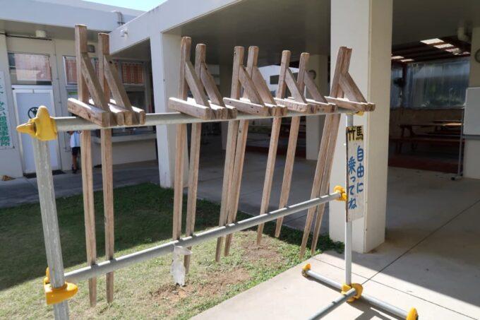 沖縄県金武町「ネイチャーみらい館」で借りられる竹馬