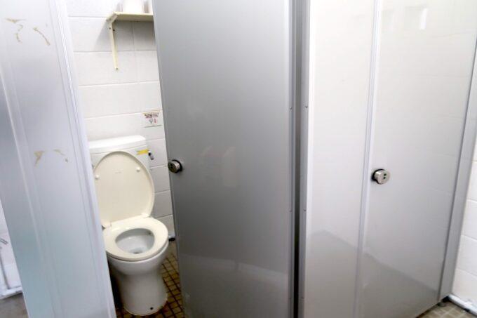 沖縄県金武町「ネイチャーみらい館」のキャンプ場にあるトイレ