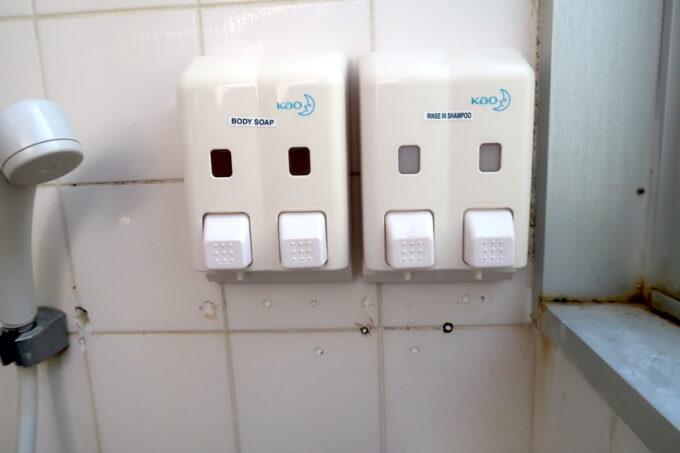 沖縄県金武町「ネイチャーみらい館」のキャンプ場にあるシャワー室のシャンプー・ボディーソープ