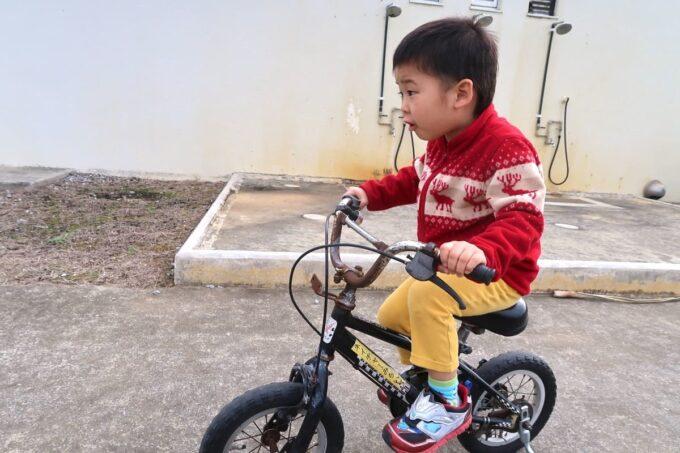 沖縄県金武町「ネイチャーみらい館」でレンタサイクルを楽しむお子サマー