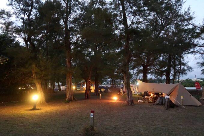 沖縄県金武町「ネイチャーみらい館」夕暮れのキャンプサイト