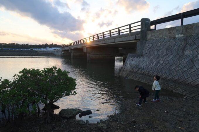沖縄県金武町「ネイチャーみらい館」近く億首川のほとりで石を投げて遊ぶ