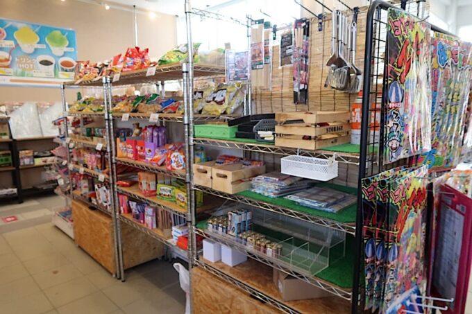 沖縄県金武町「ネイチャーみらい館」の売店で売られるキャンプ道具