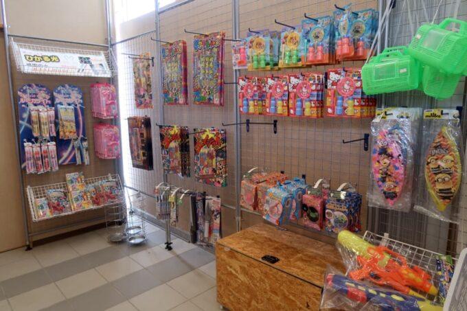 沖縄県金武町「ネイチャーみらい館」の売店で売られる子どものおもちゃや花火