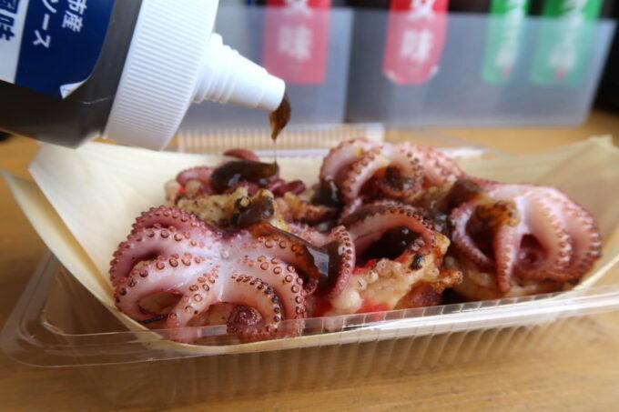 西原町「沖縄イイダコ屋さわふじマルシェ店」たこ焼きに男味のソースをかけた