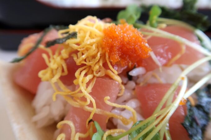 西原町「漁師食堂 大ばんぶる舞」本日の幕の内定食(1180円)のミニ海鮮丼の海苔をとったらとびっこがたっぷり