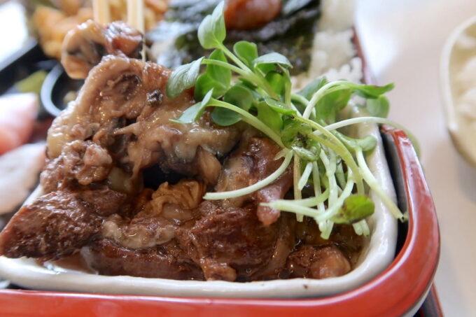 西原町「漁師食堂 大ばんぶる舞」本日の幕の内定食(1180円)の甘じょっぱいアラ煮がウマかった