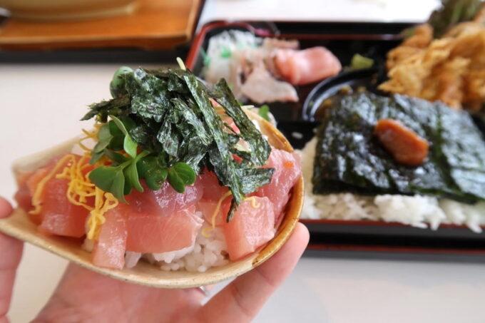 西原町「漁師食堂 大ばんぶる舞」本日の幕の内定食(1180円)のミニ海鮮丼