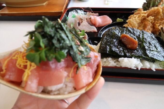 西原町「漁師食堂 大ばんぶる舞」本日の幕の内定食(1180円)のミニ海鮮丼の後ろにある海苔ごはん