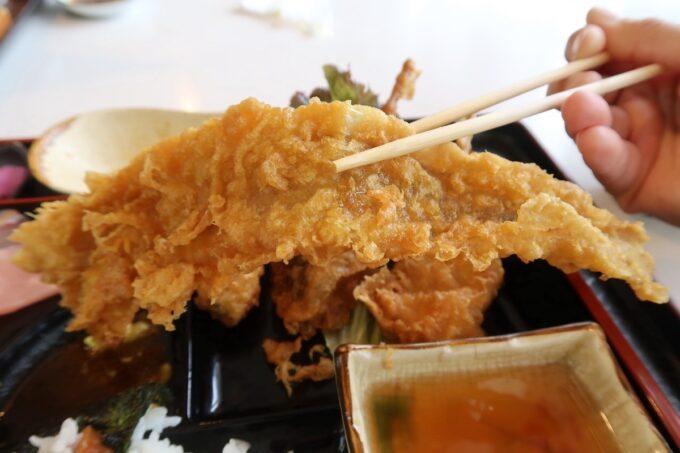 西原町「漁師食堂 大ばんぶる舞」本日の幕の内定食(1180円)のアナゴの天ぷらがデカい