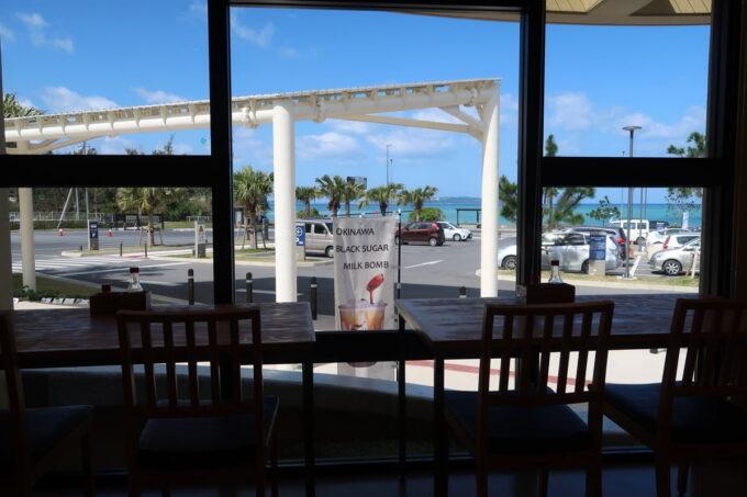 道の駅おおぎみの「レストランやんばるシーサイド」の店内から見える沖縄の青く美しい海