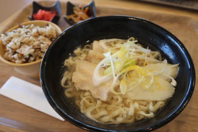 道の駅おおぎみ「レストランやんばるシーサイド」シークヮーサーそば じゅーしーセット(850円)