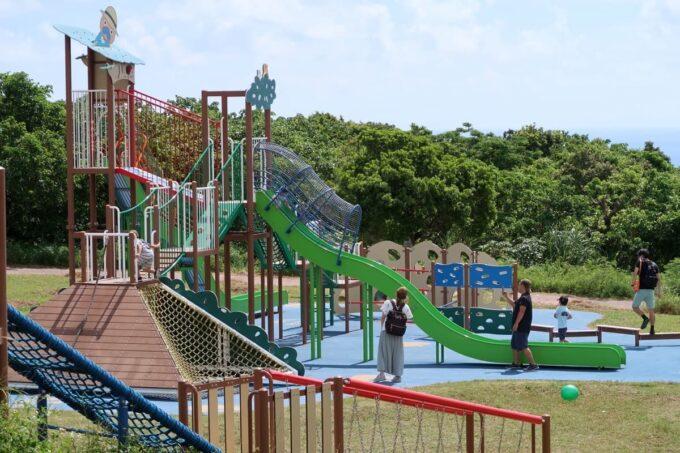 南城市「グスクロード公園」のコンビネーション遊具(なみなみの滑り台)