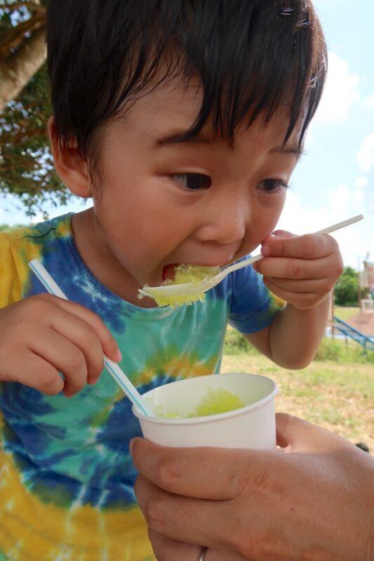 南城市「グスクロード公園」かき氷を食べるお子サマー