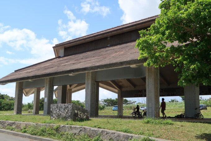 南城市「グスクロード公園」の大きな屋根のある建物