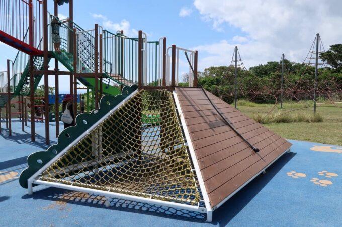 南城市「グスクロード公園」のコンビネーション遊具(体を使って登る)