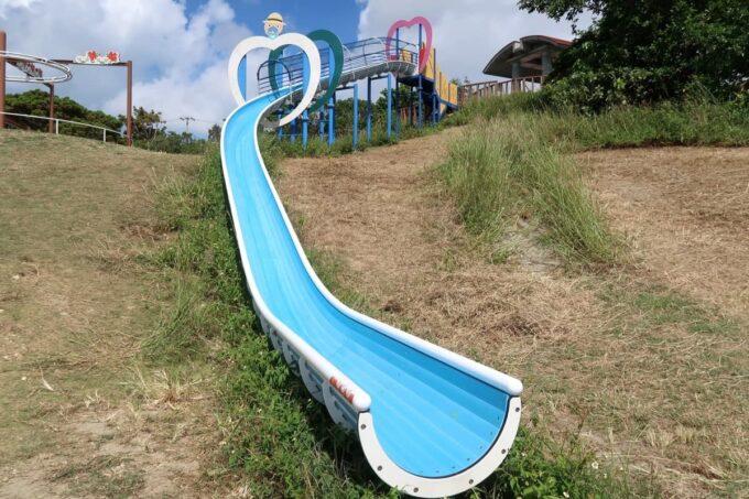 南城市「グスクロード公園」のコンビネーション遊具(高台を使った22メートルの滑り台)