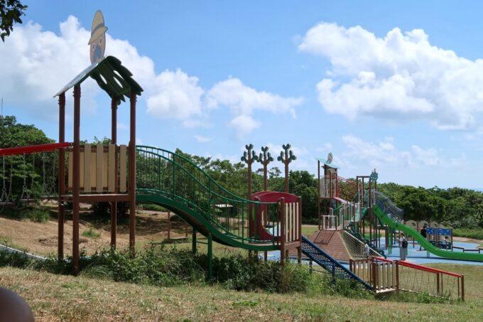 南城市「グスクロード公園」のアスレチック遊具は斜面を使った独特な形状