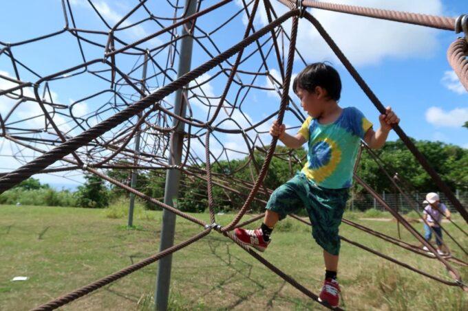 南城市「グスクロード公園」のロープジャングルジムを楽しむお子サマー
